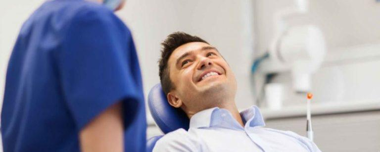 Patient liegt auf Stuhl in Kieferorthopädie