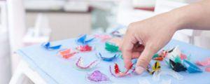 Zahnregulierungen liegen auf Tisch