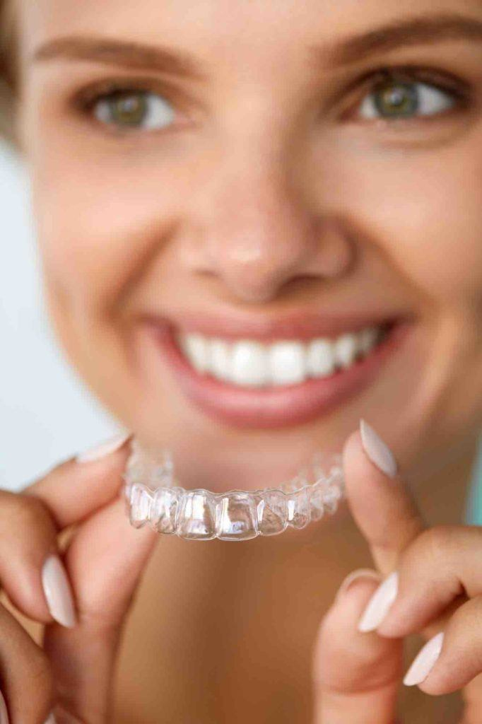 Frau hat unsichtbare Zahnspange in Deutschland
