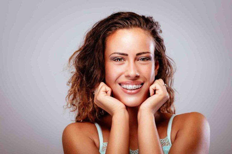 Mädchen mit fester Zahnspange